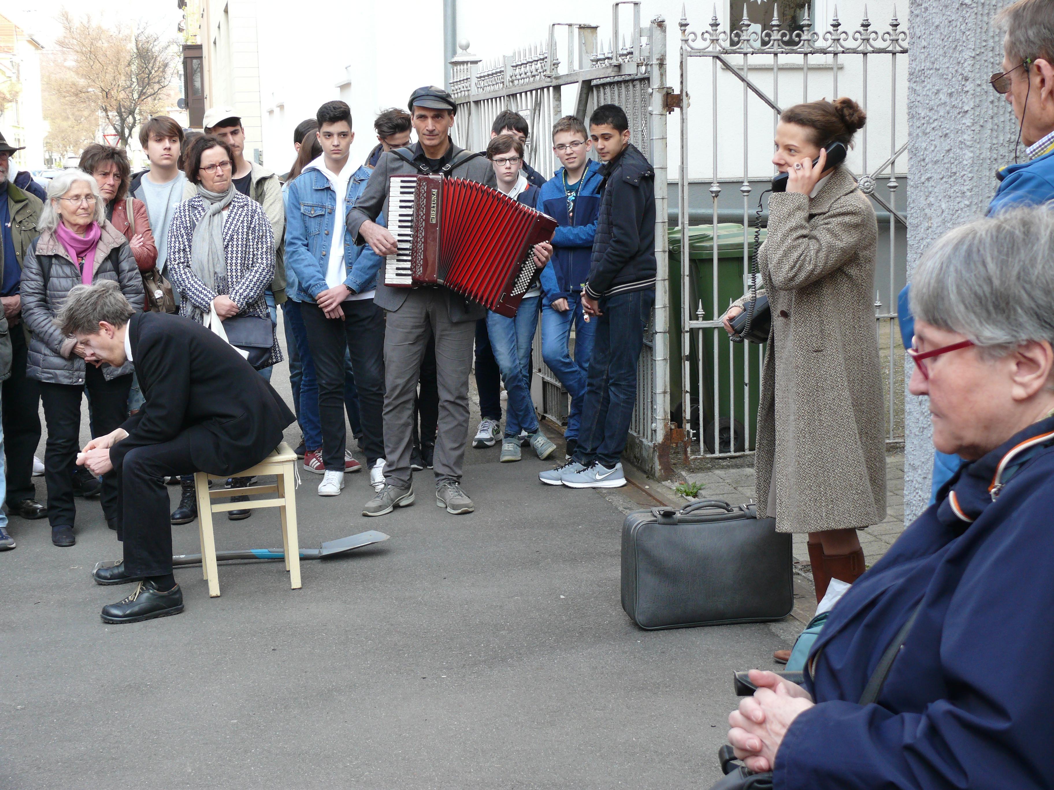 Stolpersteinverlegung mit Straßentheater